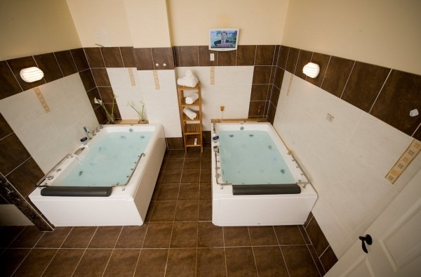 Butterfly Garden Spa couples Jacuzzi